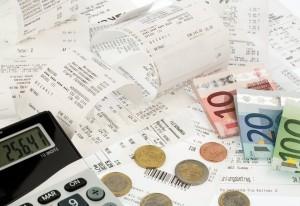 Taschenrechner, Kassenbons und Geld, Symbolfoto für Sparen, Kaufkraft und Inflation