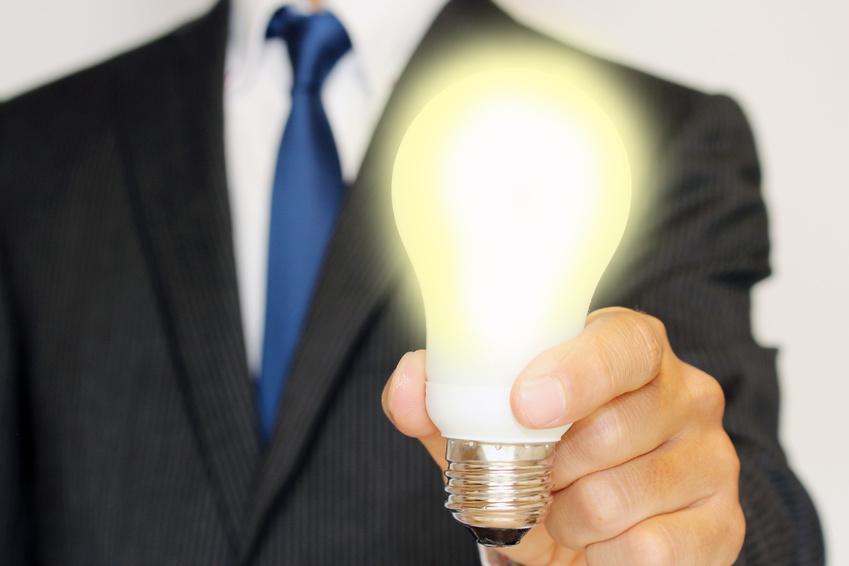 クリエイティブなアイディアを思いつくビジネスマン